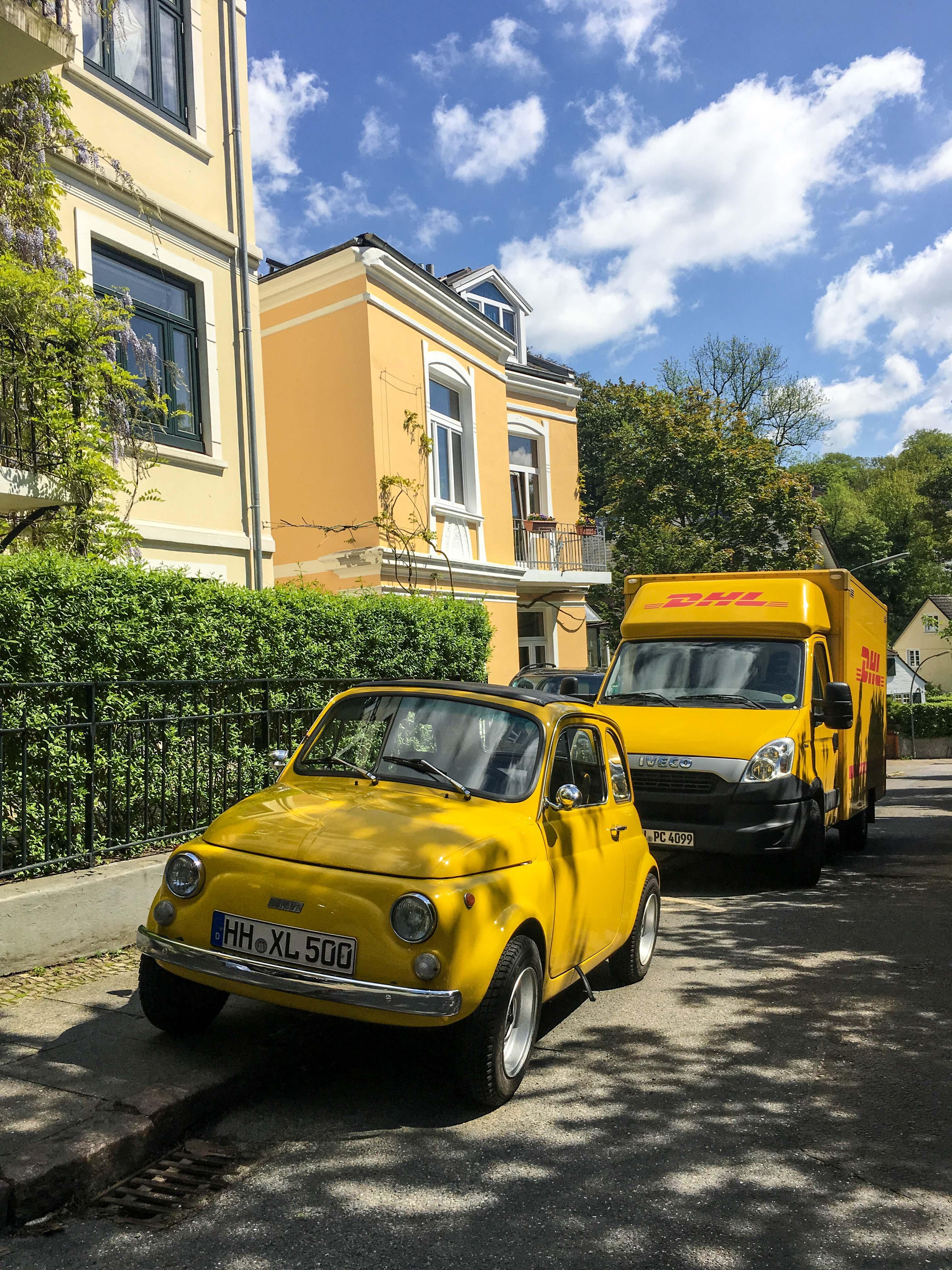 Fiat 500 und Postauto gelb