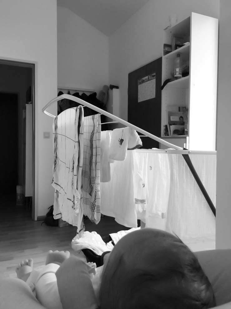 Wäsche aufhängen mit Baby