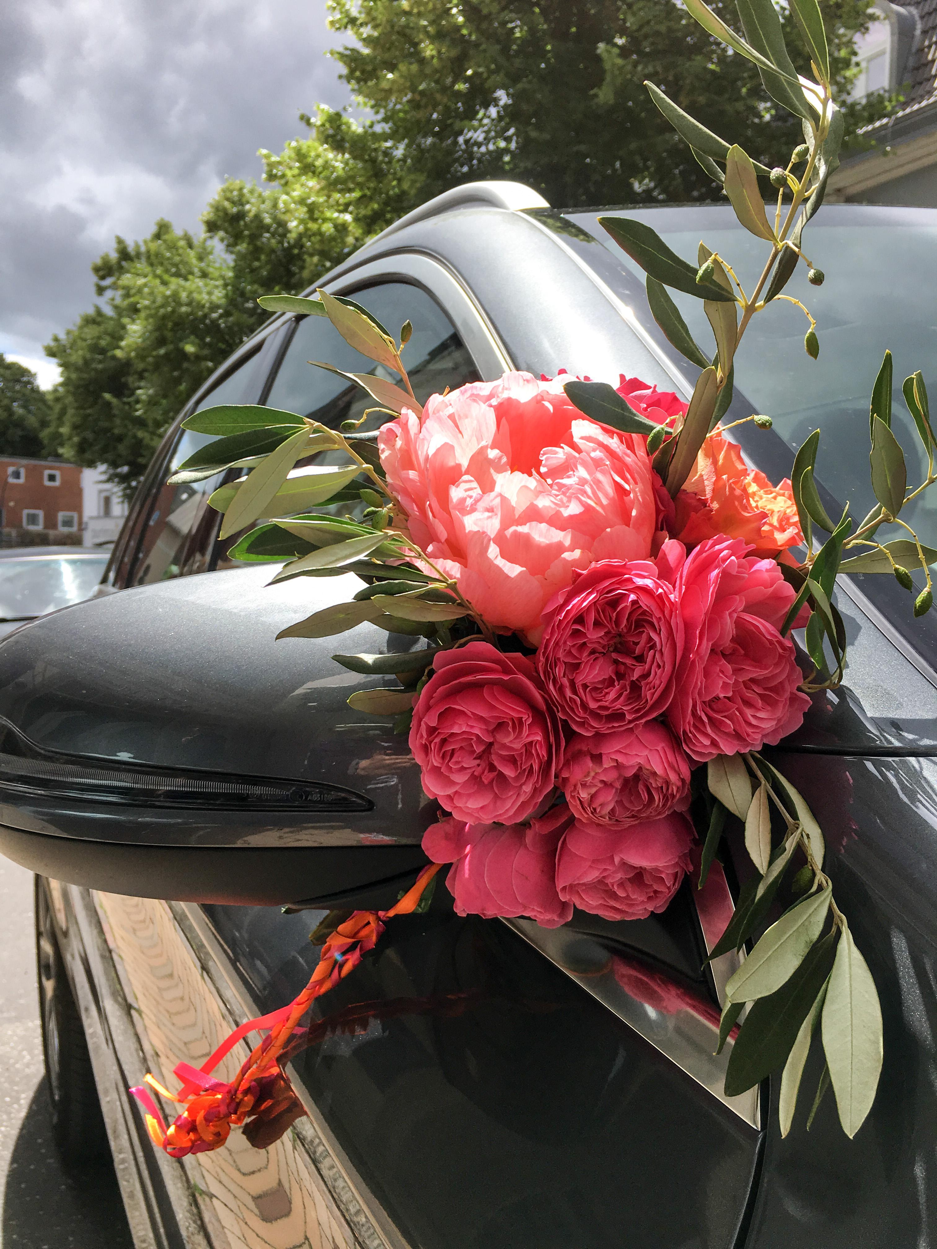 Blumen an Auto