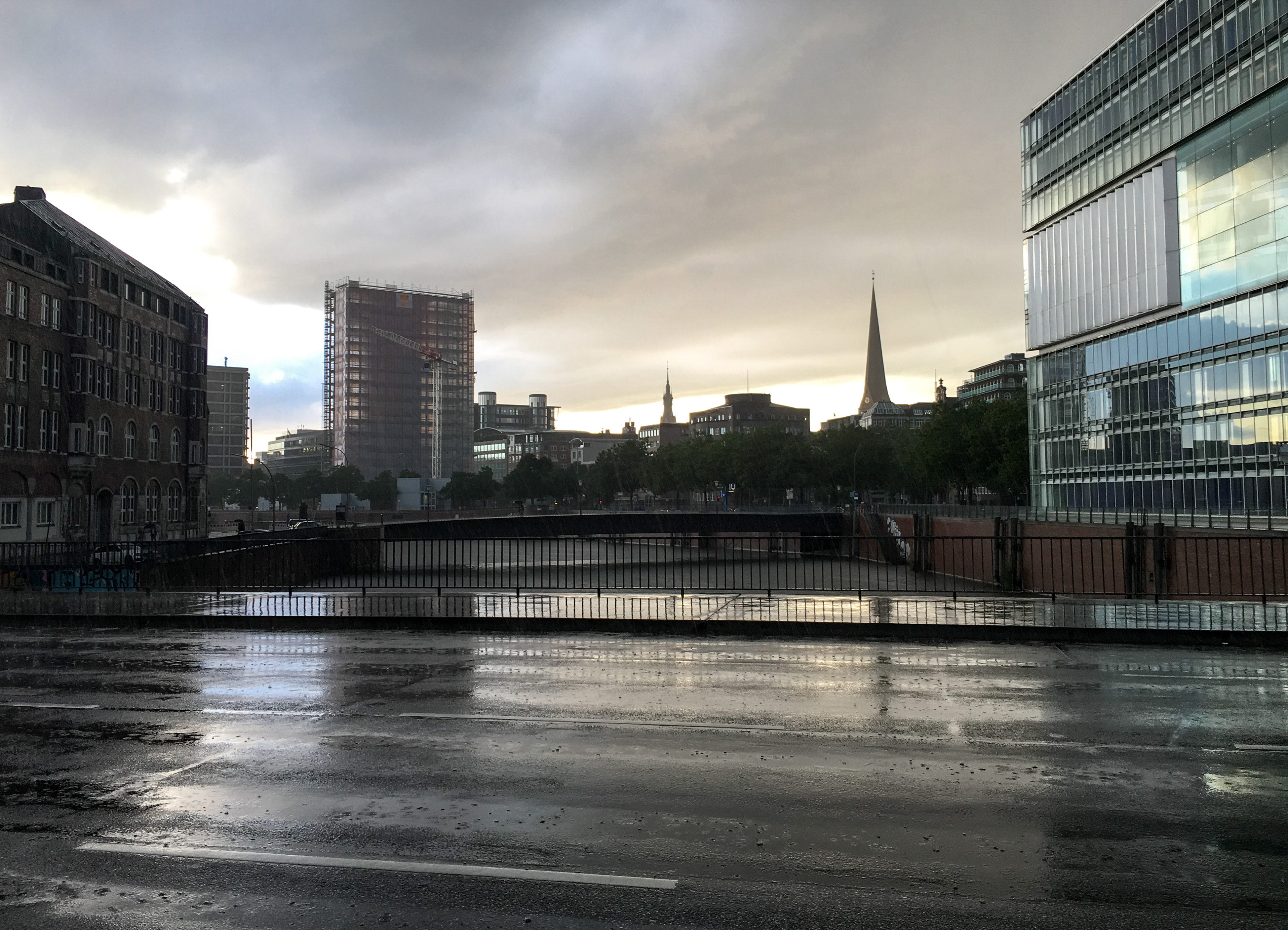 Regen am Abend in der Hafencity