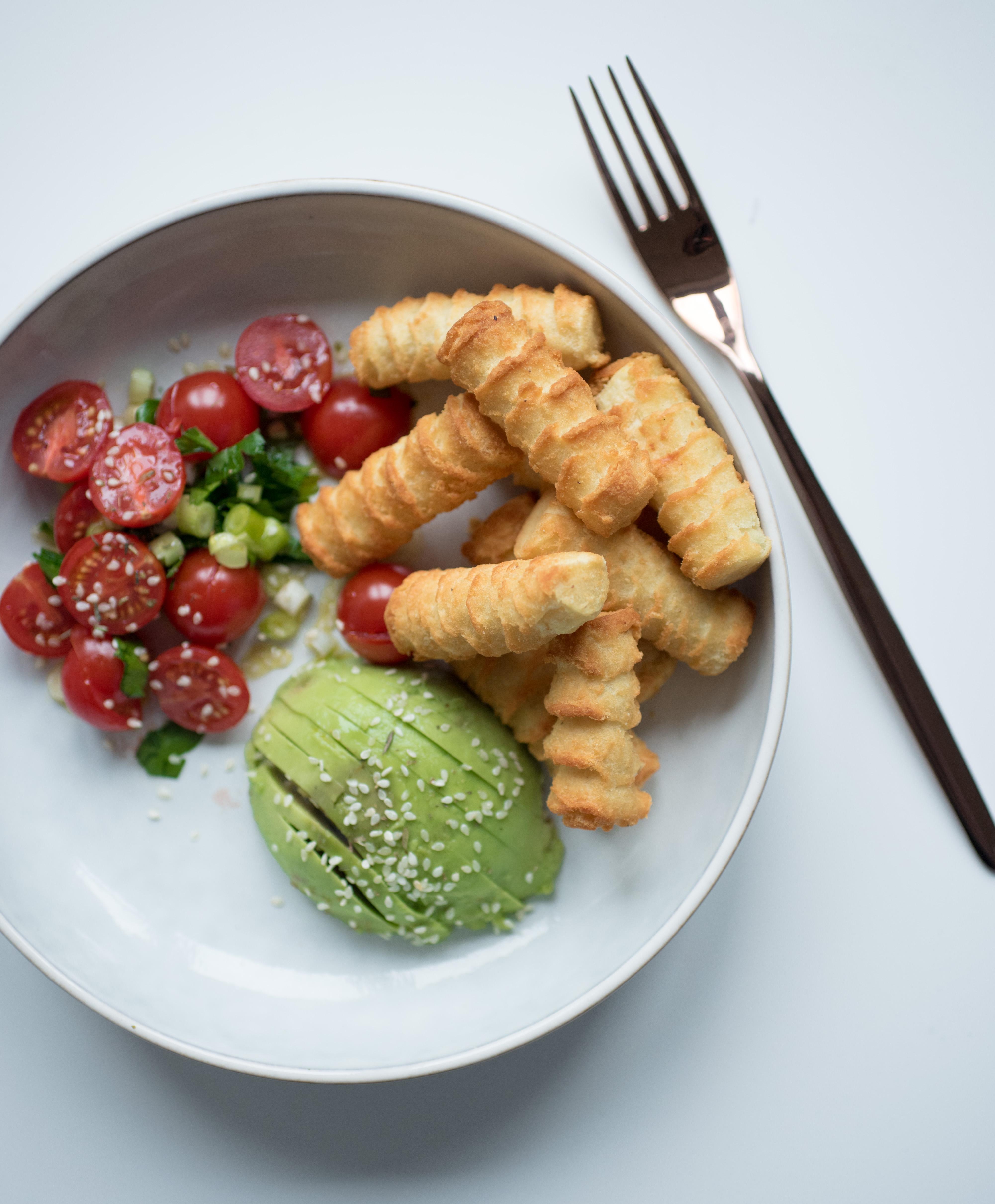Kroketten mit Avocado und Tomatensalat