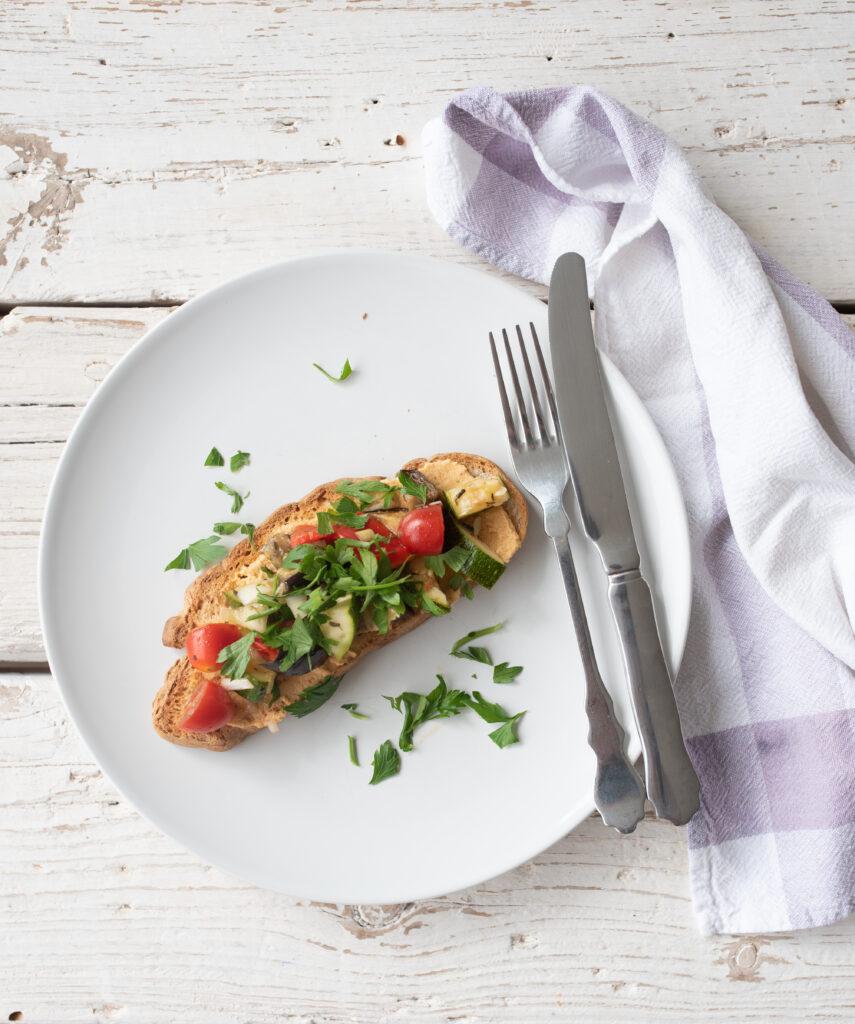 gegrilltes Gemüse auf Brot